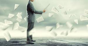 Mann viele Papierblätter fliegen durch die Luft