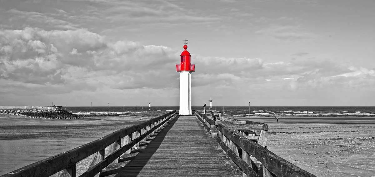 Steg zum Meer und Leuchtturm